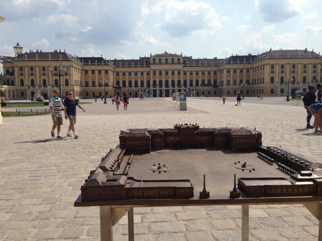 Schönbrunn hade passande nog en modell vid entrén så vi kunde se hela placet medan vi mumsade på glassen :-)